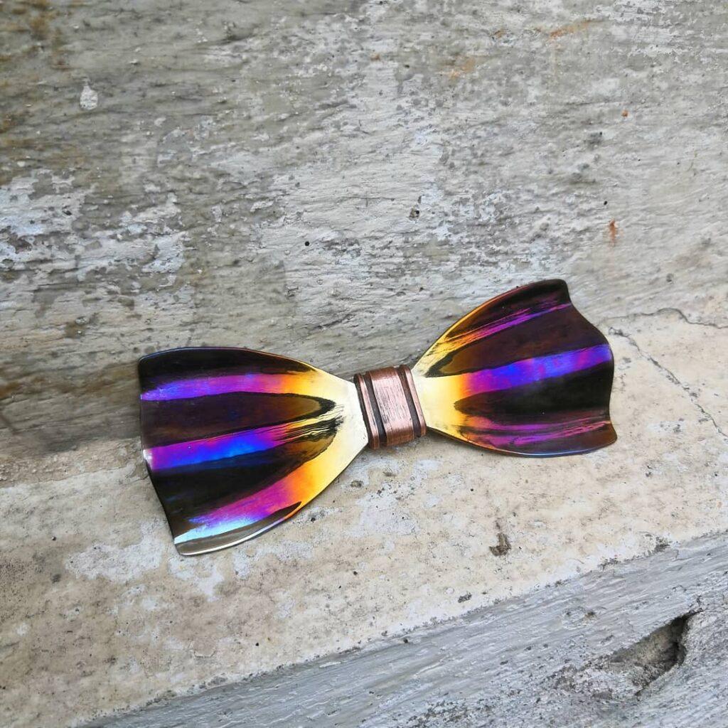 Duhový motýlek pro muže - ručně kovaný originální motýlek značky Steelek