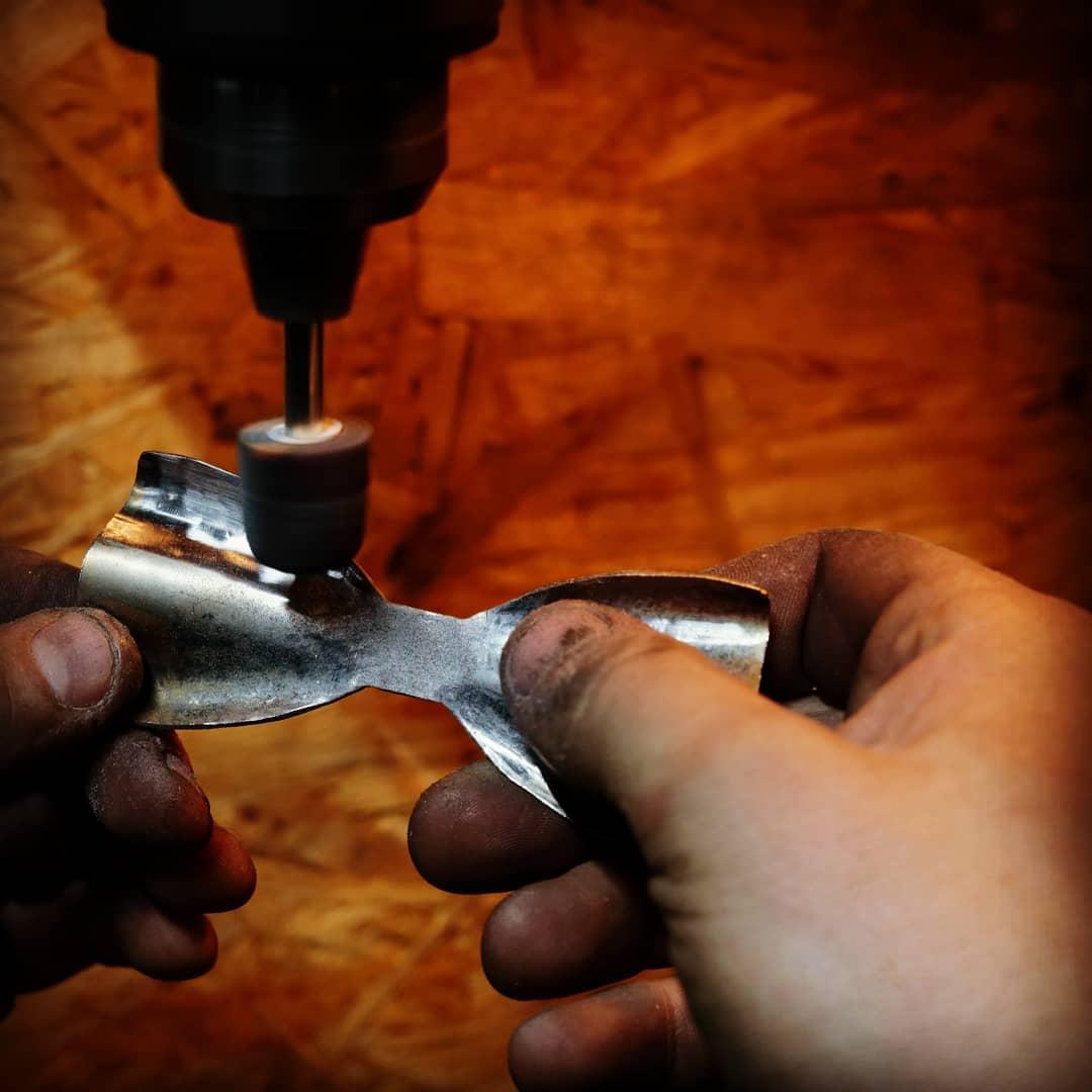 Umělecký kovář - ručně kovaný motýlek - leštění