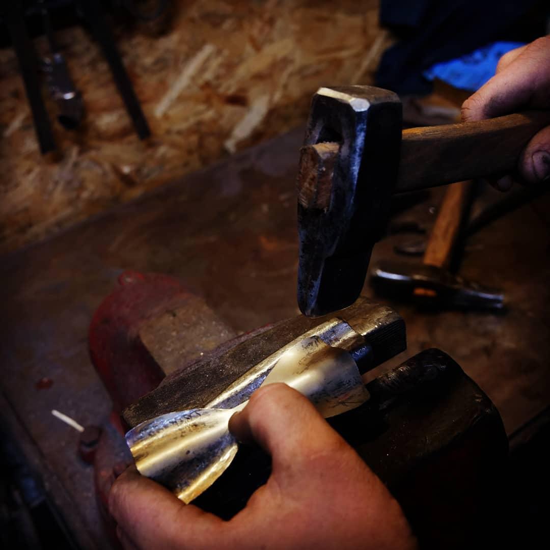 Umělecký kovář - ručně kovaný motýlek - tepání